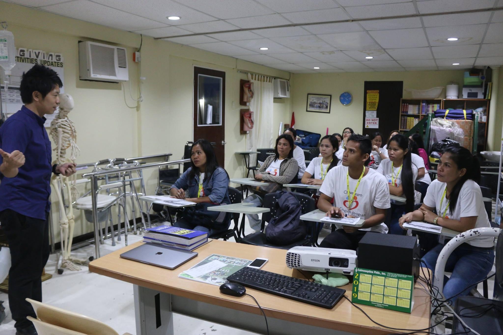 セブの日本語学校事業について現地の介護学校の生徒さんに説明